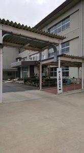 桃映中学校の玄関