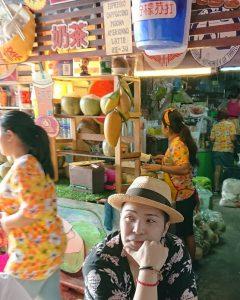 傘たたみ市場の前にある飲食店