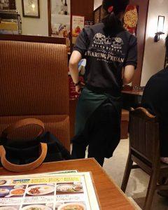 アジアン料理屋のロゴマーク入りポロシャツ